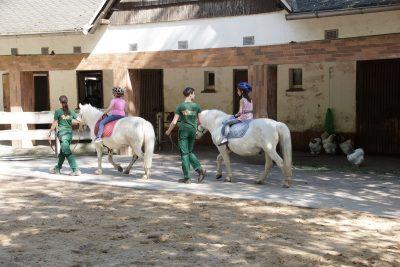 2 Kinder beim Pferdereiten